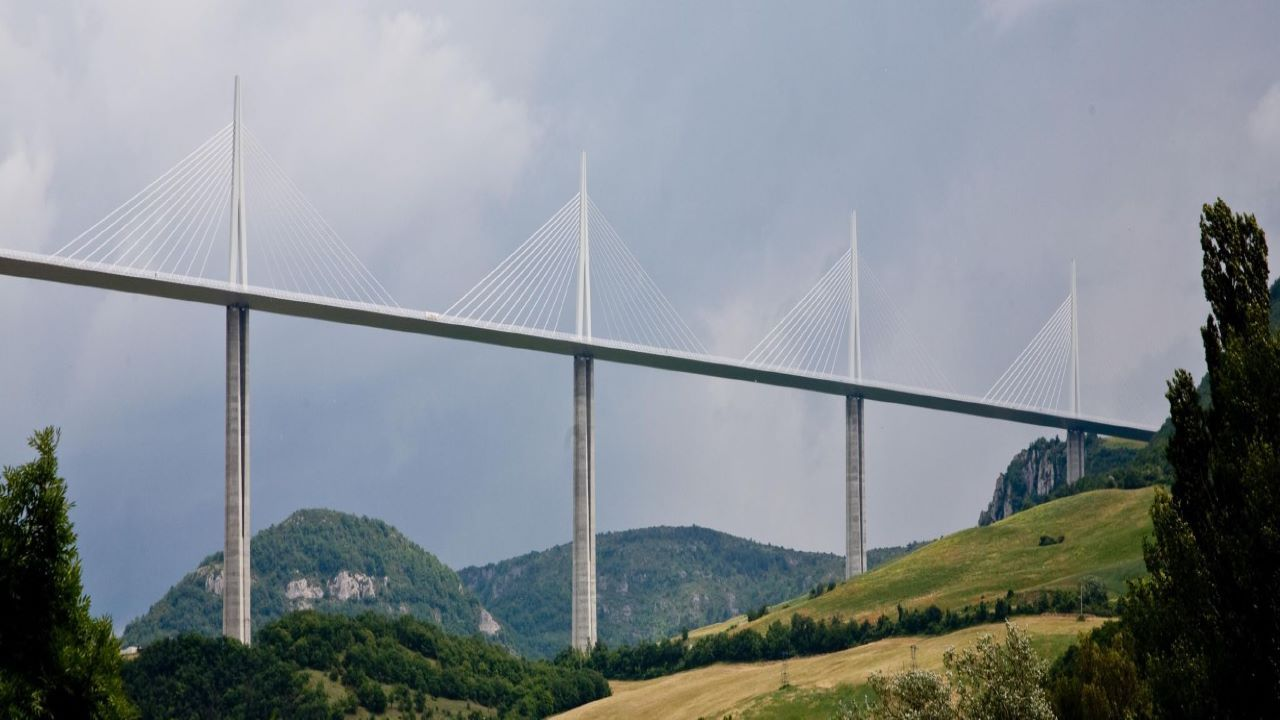 The Millau Valley in the background of the viaduct provides a panoramic view. Credit: Tobi 87 / Wikipedia.