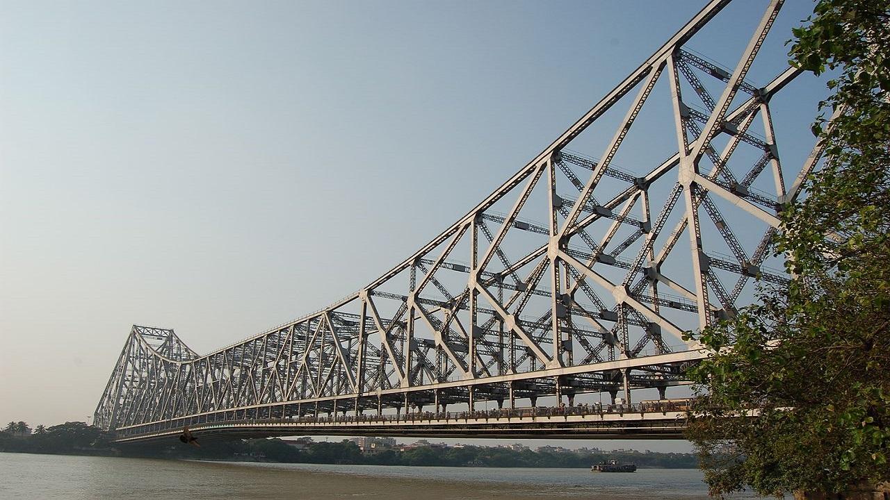 The Howrah Bridge links the twin cities of Howrah and Kolkata in West Bengal, India. Credit: Manuel Menal / Wikipedia.