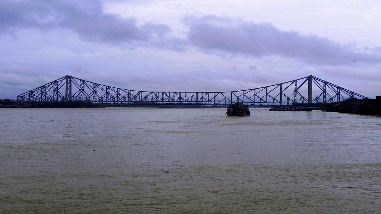 The Howrah Bridge spans over Hooghly River. Credit: Smeet Chowdhury / Flickr.