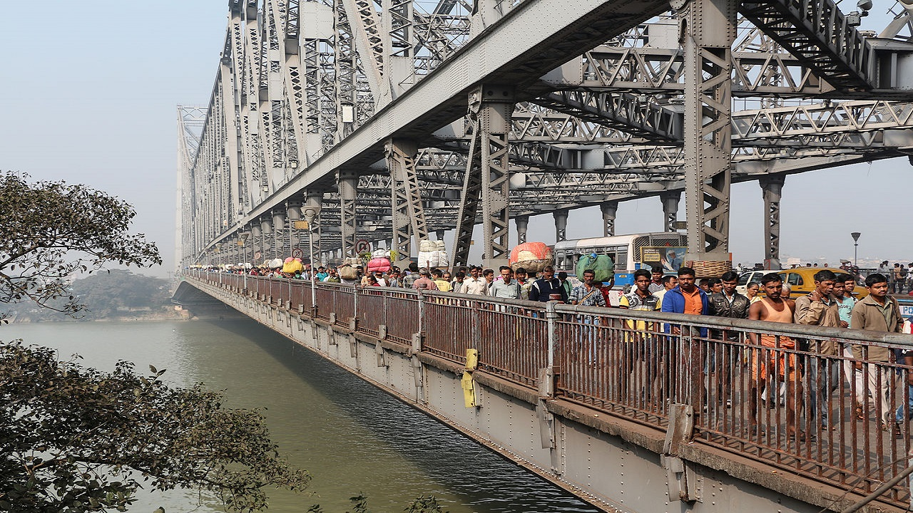 The Howrah Bridge carries a daily traffic of around 80,000 vehicles and one million pedestrians. Credit: Bernard Gagnon / Wikipedia.
