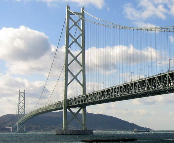 The suspension bridge connects the city of Kobe to Iwaya. Credit: Glabb.