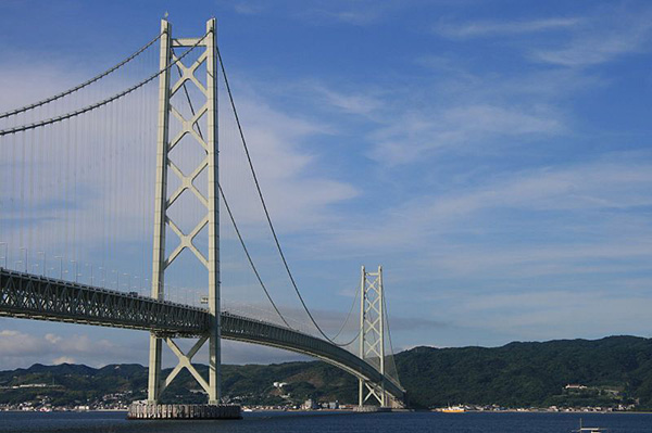 The Akashi Kaikyo bridge has two pylons, each with a height of 282.8m. Credit: hideto onodera.
