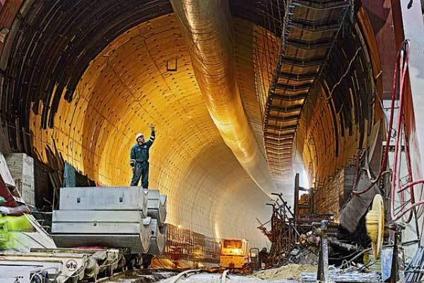 The Yangtze River tunnels are being constructed using two TBMs.
