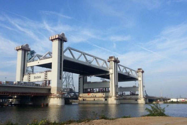 The two decks of the new Botlek-Bridge are suspended on six towers. Image: courtesy of Strukton.