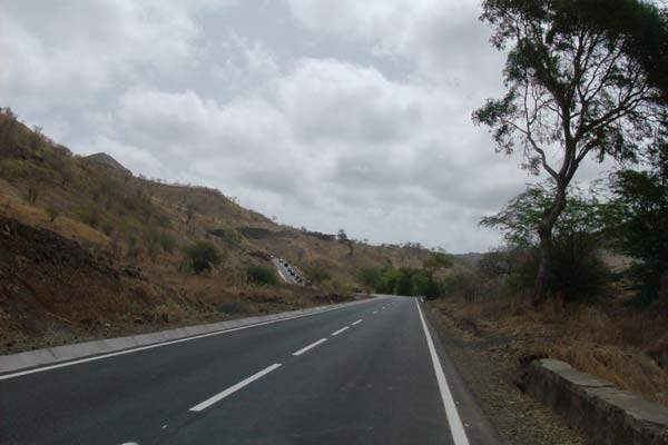 The road is the main east-west link in the south of Santiago island.