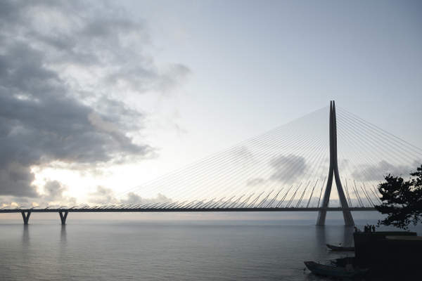 The new asymmetric cable-stayed bridge will be 920m-long and will be supported by a single 175m-tall mast. Image: Danjiang Bridge by Zaha Hadid Architects, render by MIR.