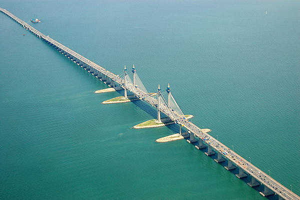 The North-South Expressway passes over Malaysia's longest bridge, the Penang Bridge (E36). Image courtesy of Marufish.
