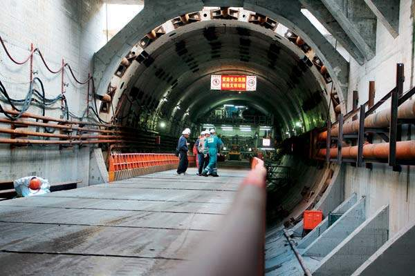 The twin tunnels across the Yangtze River were completed by 2010.