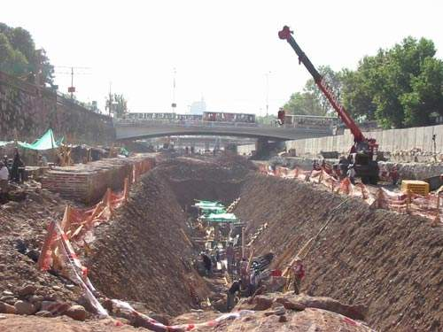 The Rio Mapocho was diverted to allow the construction of three concrete walls for a tunnel.