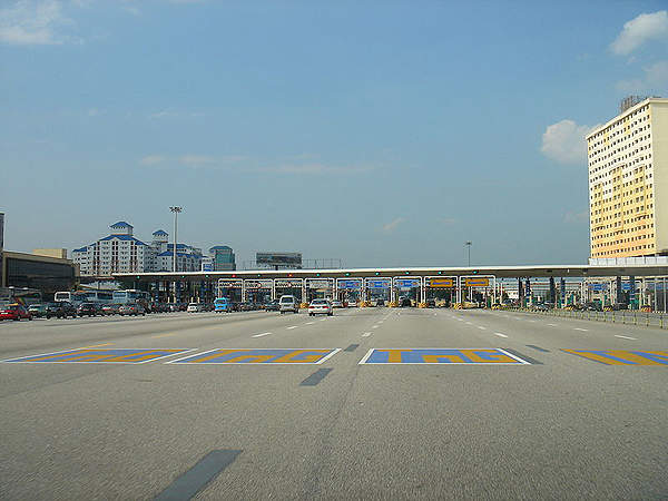 Sungai Besi, at the end of south section of the North-South Expressway, has the highest number of toll booths in Malaysia. Image courtesy of mailer_diablo.