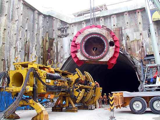 Assembly of tunnel boring machine (diameter 5m).