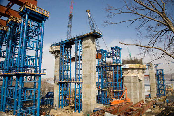 Piers M1 and M12 of Russky Island Bridge are used as load transfer piers, which handle the cable stayed span stiffening girder.