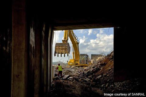 Demolition of the N1 Atterbury Bridge.