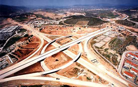 14 Greek construction companies have worked together to design, construct and finance the motorway in co-operation with a French enterprise.