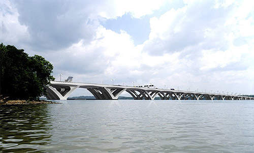 Woodrow Wilson Bridge is a seamless, box-girder bascule drawbridge, supported by V-shaped piers.