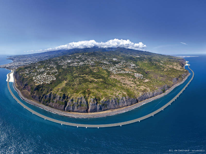 The new coastal road is being constructed along the coastline of Reunion Island. Image courtesy of Manitowoc Company, Inc.
