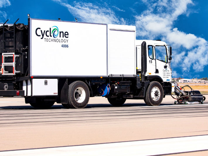 Cyclone road cleaning truck